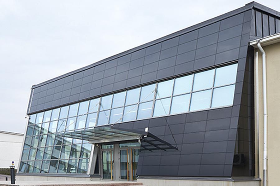 фасад с солнечными панелями